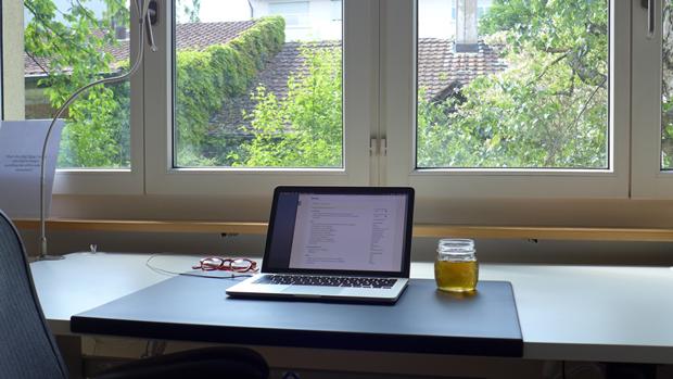 Стол программиста и сооснователя Codegestalt по имени Родриго. Изображение № 8.