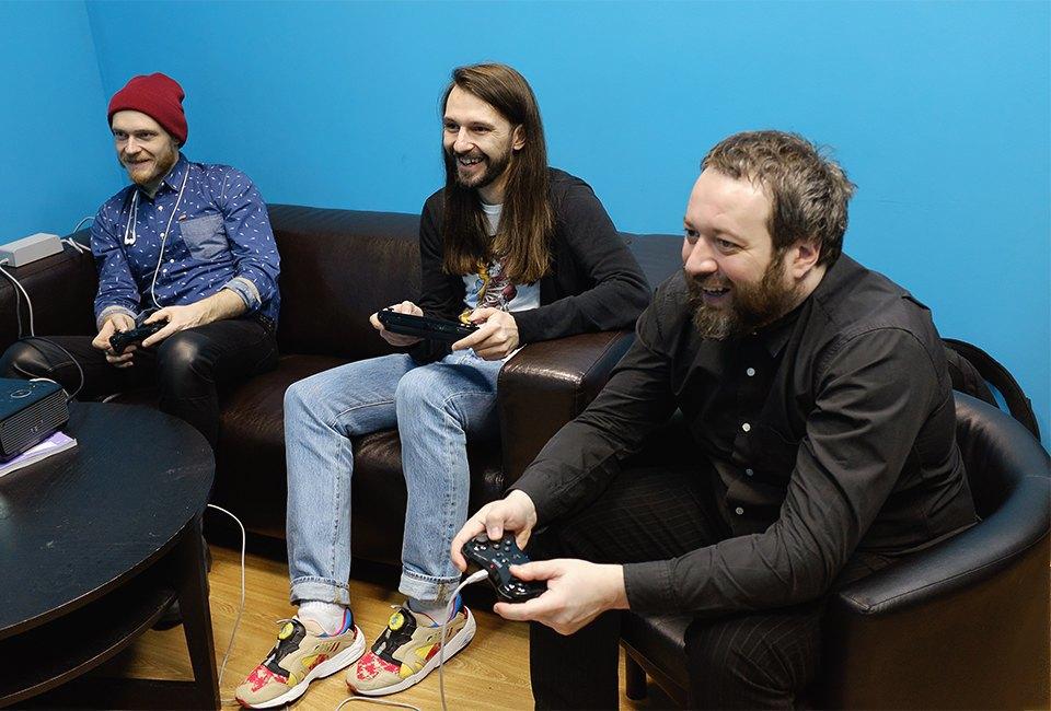 Пять взрослых мужчин устраивают драку с Пикачу, Марио и Соником. Изображение № 20.