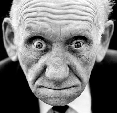 """Фредерик Леннарт Бентли 1924 года рождения, Великобритания """"Меня ослепило немецкой гранатой, и товарищи меня бросили. Так бывало, раненым не помогали, ты должен был помочь себе сам. И я сам добрался до своих. Если бы немцы меня нашли, конечно, убили бы. Калекам не предлагали кров, их закапывали. Я и сам бы так поступил. Не воевавшие люди не могут этого понять. Ты живешь рядом со смертью двадцать четыре часа в сутки. Так или иначе, война для меня кончилась. Я устроился на Лейландскую фабрику инженером и проработал там 33 года. Станки исследовал на ощупь. Женился, родил четырех детей. После войны у меня была прекрасная жизнь."""". Изображение № 8."""