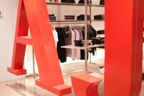 Корнер Armani Jeans на четвертом этаже ЦУМа. Изображение № 1.