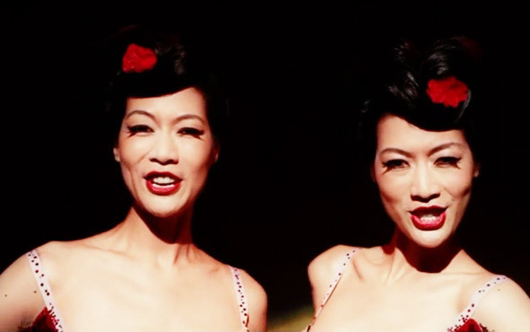 Северокорейские сиамские близнецы-танцовщицы Пинг и Джинг. «Большая рыба» 2003. Изображение №11.