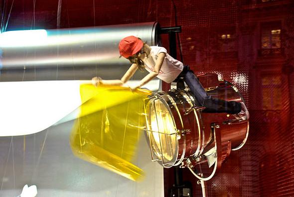 10 праздничных витрин: Робот в Agent Provocateur, цирк в Louis Vuitton и другие. Изображение № 35.