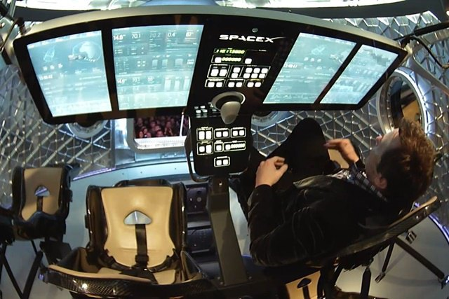 Элон Маск показал первый частный пилотируемый космический челнок . Изображение № 4.
