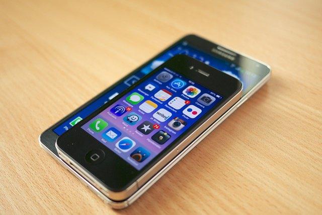 Смартфоны Samsung Galaxy Note 3 (2013; диагональ 5,7 дюйма) и iPhone 4 (2010; диагональ 3,5 дюйма). Изображение № 1.