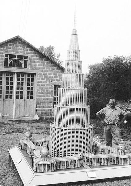Марино Аурити позирует около макета «Энциклопедического дворца»в 1950-е. Изображение №1.