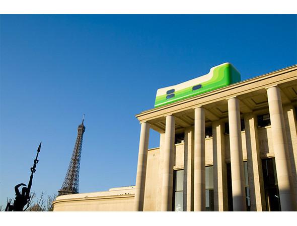 Everland Hotel — отель на один номер с огромной кроватью и лаунжем — путешествовал по крышам главных городов мира, но больше всего запомнился парижанам, когда оказался на крыше Центра современного искусства Palais de Tokyo. Изображение № 10.