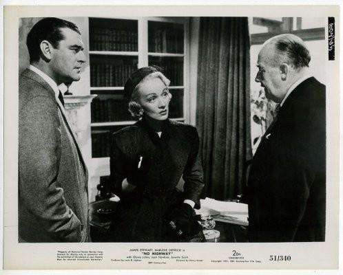 Марлен Дитрих в фильме «В небе нет шоссе». Изображение № 24.