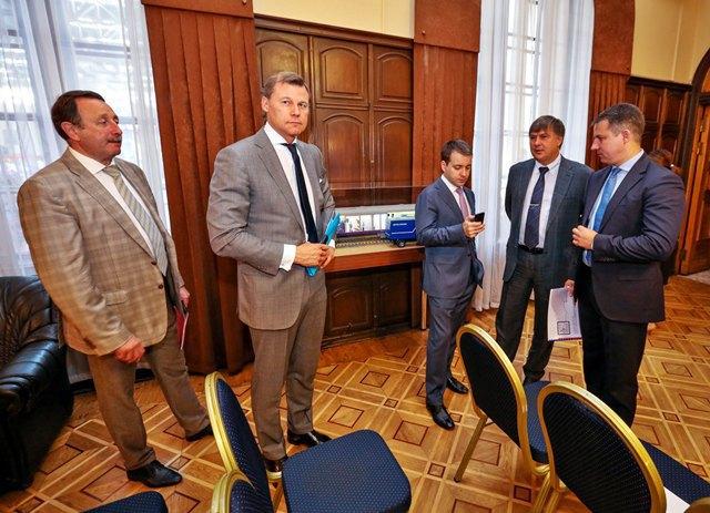 Николай Никифоров (в центре) на запуске почтового поезда «Почты России». Изображение № 1.