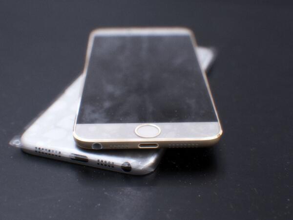 Опубликованный анонимным твиттер-аккаунтом снимок, якобы изображающий прототип iPhone 6. Позже снимки были признаны фальшивыми. Изображение № 1.