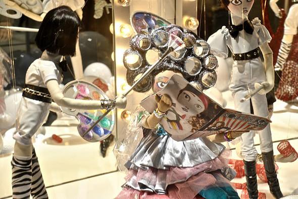 10 праздничных витрин: Робот в Agent Provocateur, цирк в Louis Vuitton и другие. Изображение № 40.