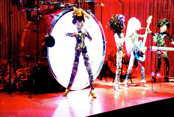 10 праздничных витрин: Робот в Agent Provocateur, цирк в Louis Vuitton и другие. Изображение № 24.