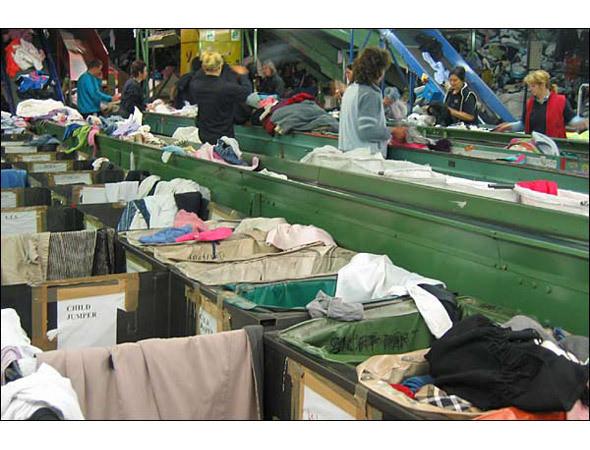 Перед тем как отправить одежду на переработку, ее тщательно разбирают. Изображение № 13.