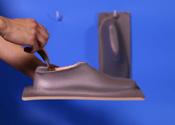 Дизайнер показала дешёвую обувь из одного куска «резиновой пластмассы». Изображение № 5.