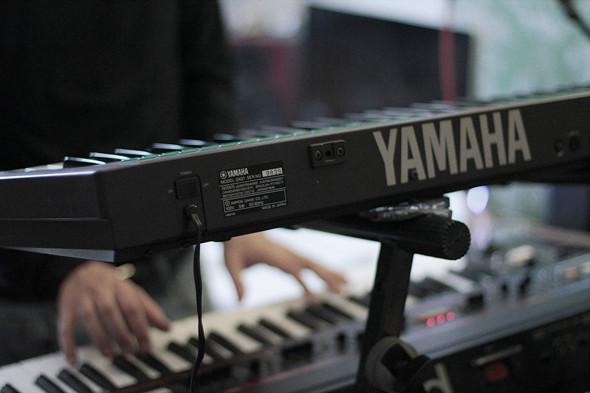 Сверху: синтезатор Yamaha DX21, снизу: синтезатор Roland Juno-60. Изображение № 32.