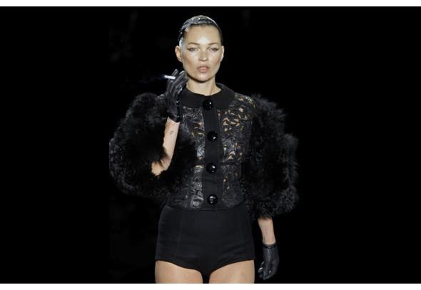 Кейт Мосс закрывает показ Louis Vuitton. Фотографии: Getty/AP/Louis Vuitton. Изображение № 8.