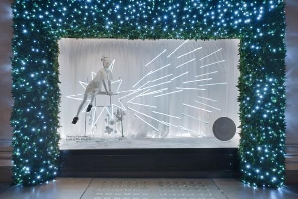 10 праздничных витрин: Робот в Agent Provocateur, цирк в Louis Vuitton и другие. Изображение № 79.