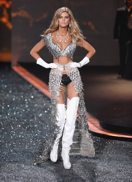 Victoria's Secret Fashion Show 2009–2010. Изображение № 15.