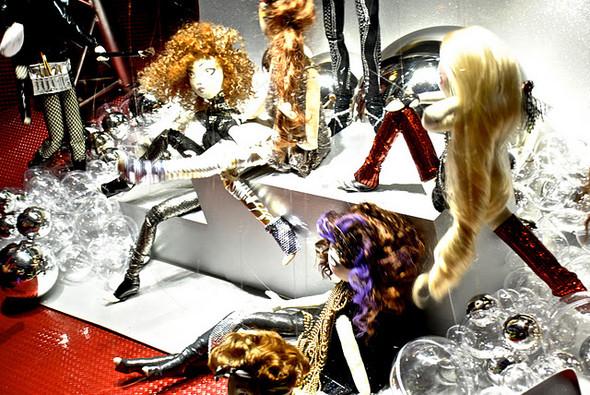 10 праздничных витрин: Робот в Agent Provocateur, цирк в Louis Vuitton и другие. Изображение № 43.