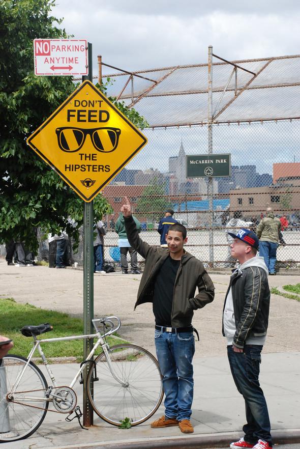 Новая мода стрит-арта: поддельные дорожные знаки. Изображение № 1.