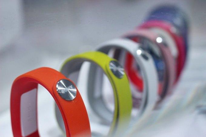 Стала известна цена первого смарт-браслета Sony в России. Изображение № 2.