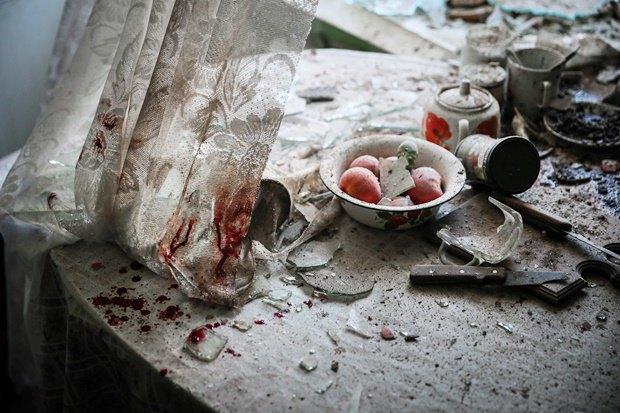 Кухонный стол в одном из домов Донецка после артиллерийского обстрела 26 августа 2014 года / Автор: Сергей Ильницкий. Изображение № 5.
