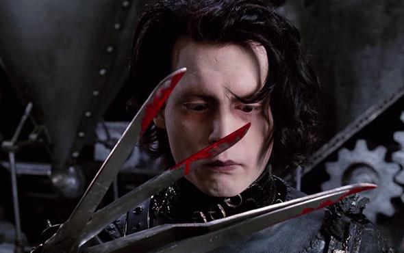 Депп убивает противника голыми руками. «Эдвард Руки-ножницы» 1990. Изображение № 26.