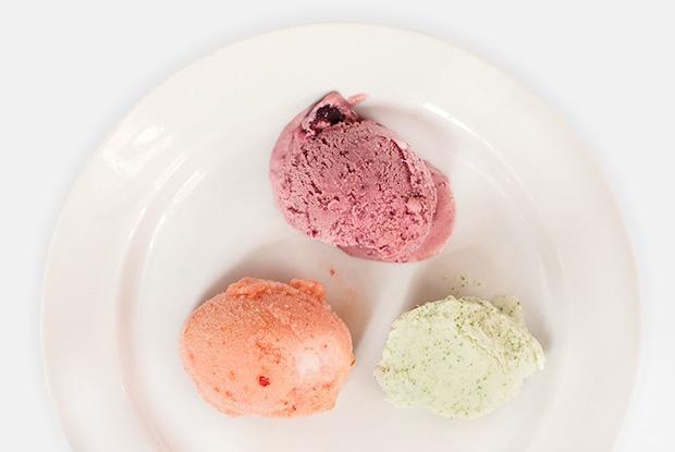 5 видов мороженого: с клубникой, вишней, йогуртом, томатами и пуэром — Рецепты шефов на The Village