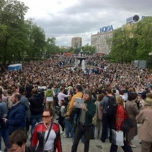 Литераторы и больше десяти тысяч их читателей прогулялись по московским бульварам — Ситуация на The Village
