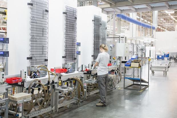 Как собирают дизайнерские холодильники  — Производственный процесс на The Village