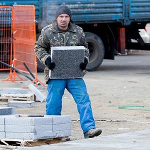 Как укладывают плитку в пешеходных зонах в центре Москвы