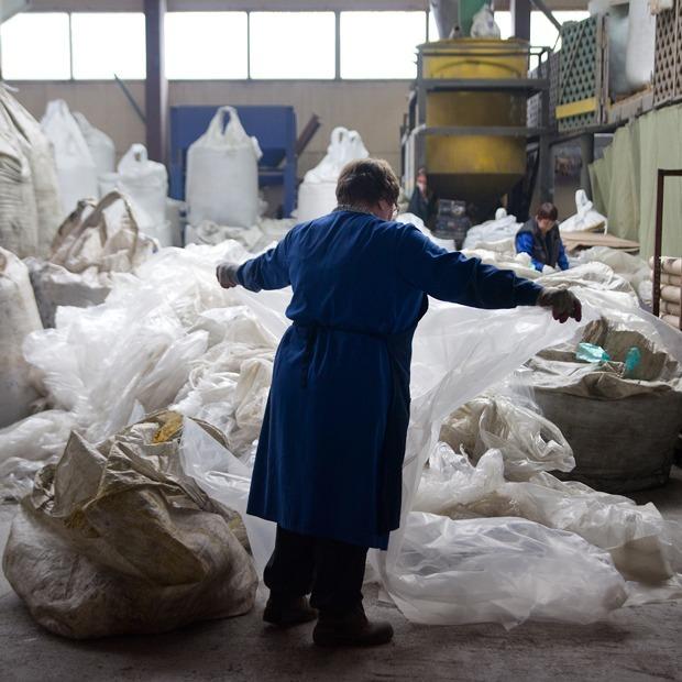 Как из мусора делают скамейки и детские площадки