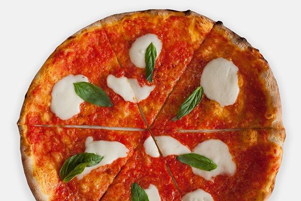 """«Сицилийская """"Маргарита""""», «Под одеялом» и «Перейдёт ли курица дорогу?» — три пиццы из Montalto — Рецепты шефов на The Village"""