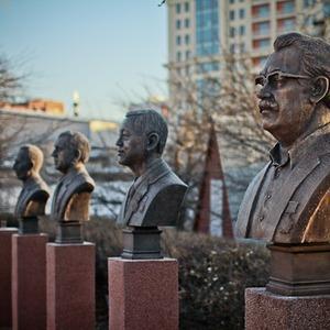 Падение кумиров: В парке «Музеон» демонтировали незаконные памятники