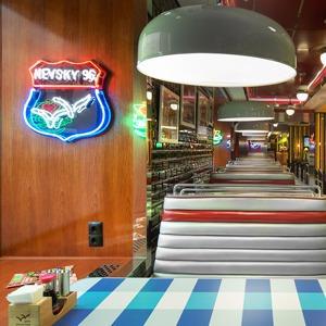 «Две палочки» открылись в стиле американского придорожного кафе