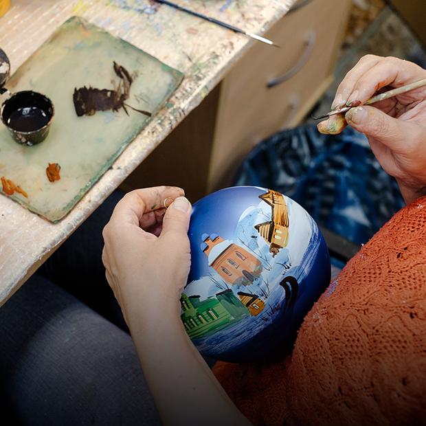 Как делают стеклянные елочные игрушки — Производственный процесс на The Village