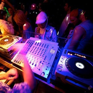 Пик сезона: Летние нововведения в клубах Петербурга — Weekend на The Village