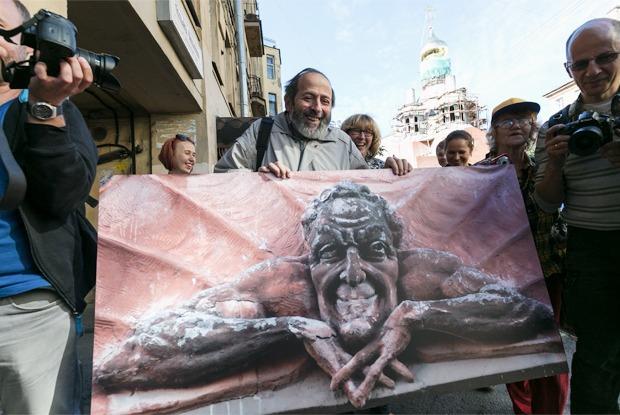 Как в Петербурге сбитого Мефистофеля защищали  — Фоторепортаж на The Village