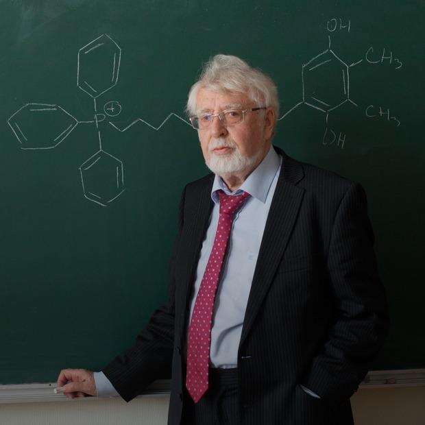«Болезнь, которую можно лечить»: Владимир Скулачёв — о лекарстве от старости