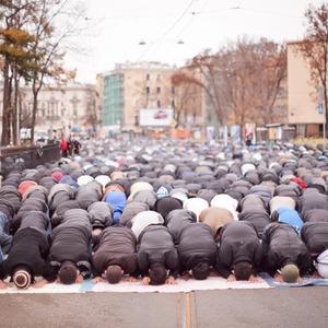 Фоторепортаж: Празднование Курбан-Байрама в Петербурге — Фоторепортаж на The Village
