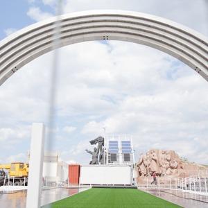 Под аркой Дружбы Народов открывают «Европейский городок» — Евро-2012 на The Village