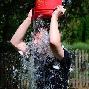 Ice Bucket Challenge: Кто и зачем принял участие в акции