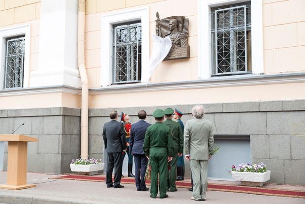 Почему в Петербурге установили мемориальную доску Маннергейму? — Есть вопрос на The Village
