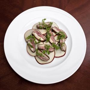 Рецепты шефов: Тёплый салат с уткой, капустой, инжиром и яблоками