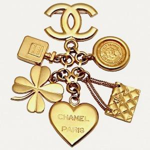 Брошь Chanel, кроссовки New Balance, юбка Jacquemus