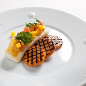 Рецепты шефов: Жареный палтус cо cладким картофелем гриль и соусом из зелёного яблока и манго — Рецепты шефов на The Village