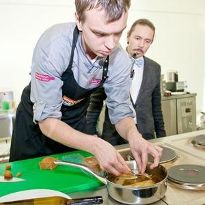 Omnivore Food Festival: Иван Березуцкий готовит суп из черноплодной рябины и нутрию в бересте — Рецепты шефов на Look At Me