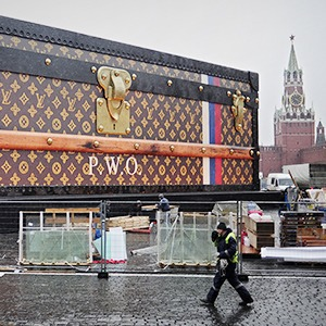 Сыграли в ящик: Чемодан на площади и другие рекламные конструкции в городах мира