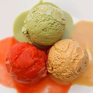 Рецепты шефов: Мороженое с чаем матча, с малиной и с моцареллой и базиликом