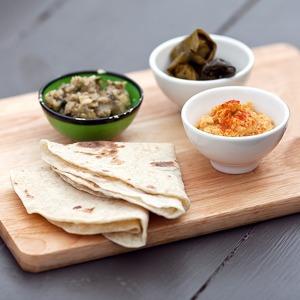 Рецепты шефов: Красный хумус, бабагануш, долма и пшеничные лепешки — Рецепты шефов на The Village