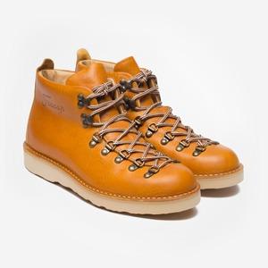 Что надеть: ботинки Fracap, носки Oh, my, кеды Maison Martin Margiela и другое — Что надеть на The Village